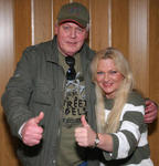 """Backstage: Toni Willè mit Manager Charly Dellas, Ex-Sänger der 60er-Beatband """"The Wanderers"""""""