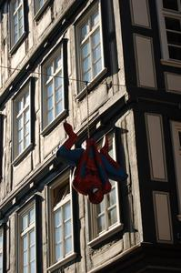 Spiderman in Marburgs Altstadtgassen