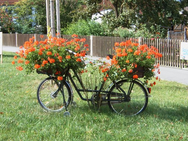 fahrrad mit blumen geschm ckt gesehen in heretsried. Black Bedroom Furniture Sets. Home Design Ideas