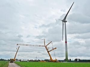 Windradendmontage eines Windrades im Windpark, Oelerse VII