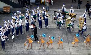 Big Band und Cheerleaders auf dem Tempozan-Pier in Osaka