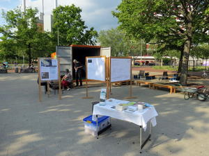 Info-Stand des AK Mahnmal am Container Am Küchengarten in Hannover-Linden