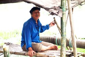 Ein Fischer in Hoi An am Fluss Song Thu Bon -Vietnam -