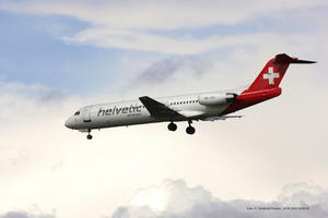Helvetic Airways F 100 Fokker HB-JVE, im Landeanflug .