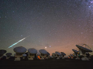 Ein 'Feuerball' über dem Atacma Large Millimeter/Submillimeter Array in Chile