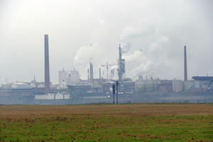 Industriekulisse am Rheinufer