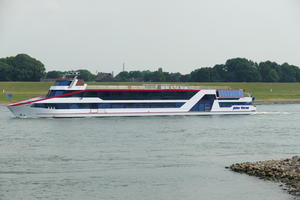 Eventschiff Jules Verne, 76x9,6m, Tiefgang 0,2m, Vmax 8,7kn=16,11km/h, gesehen in Homberg am 08.07.2017.