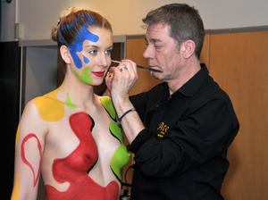 Vernissage mit Live-Performance: Fotogalerie zeigt Body-Painting-Fotos