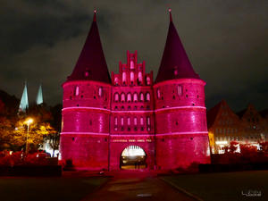 Lübecker Holstentor in der Nacht