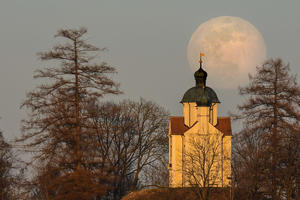 Der Mond bei Burgstall in Kissing am 20.03.2019